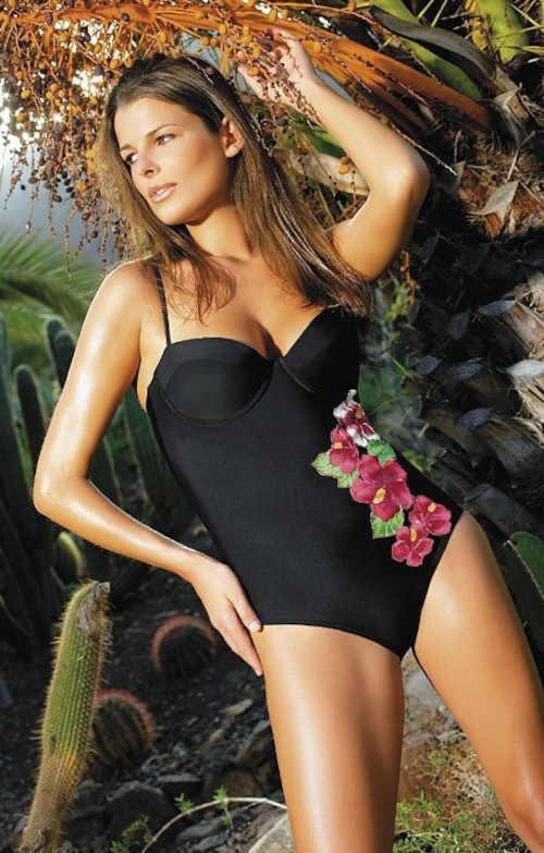 Moderné plavky s výrazným kvetinovým vzorom vpredu