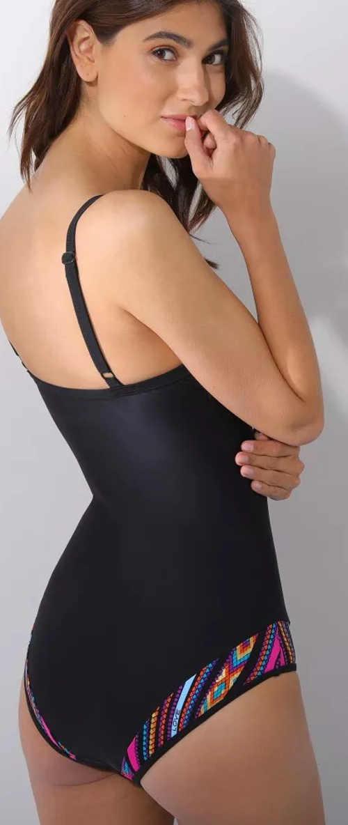 Zoštíhľujúce jednodielne plavky v čiernej farbe